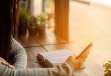 Catequese - E se tratássemos a Bíblia como tratamos o nosso celular? lendo a bíblia