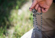 homem rezando o terço, rezar sem ter orgulho