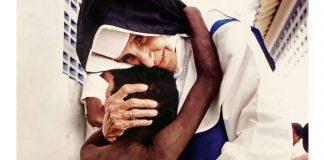 santa irmã Dulce abrançando pobre criança