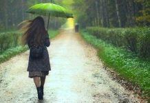 mulher andando na chuva
