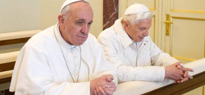 papa bento XVI e Papa Francisco rezando