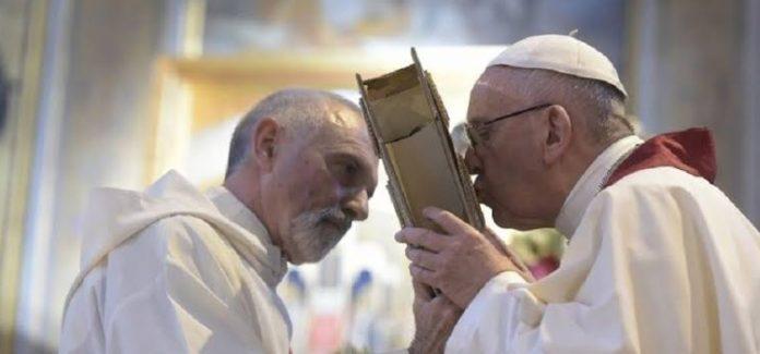 papa francisco beija o evangelho a Biblia
