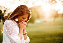 acredite e confie em Deus mulher rezando