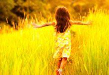 alegria, criança feliz brincando no parque