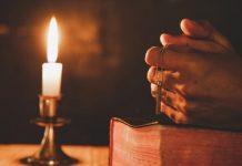 vela acesa durante a oração ou meditação