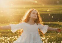 A paz vem de Deus criança alegre