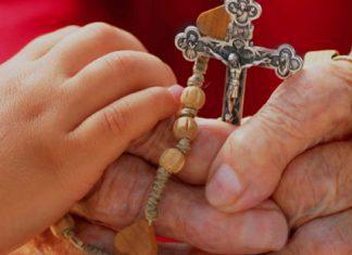 Pais católicos educando os filhos na fé